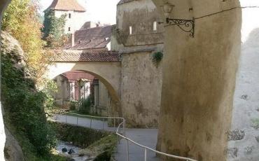Dupa Ziduri (Behind Walls)